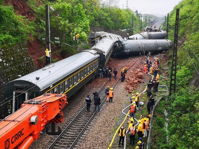 京广铁路湖南郴州境内T179次列车出轨